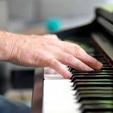 Eine Hand auf Klaviertastatur