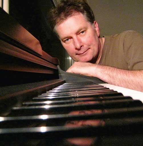 Uwe Gronau schaut über Klaviertasten