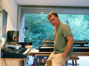 Uwe Gronau sitzt lässig in seinem Tonstudio